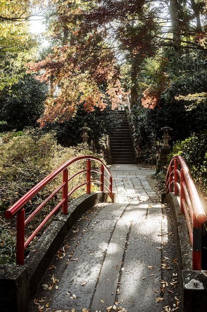 Hoher brückenwinkel am japanischen tempelkomplex Kostenlose Fotos
