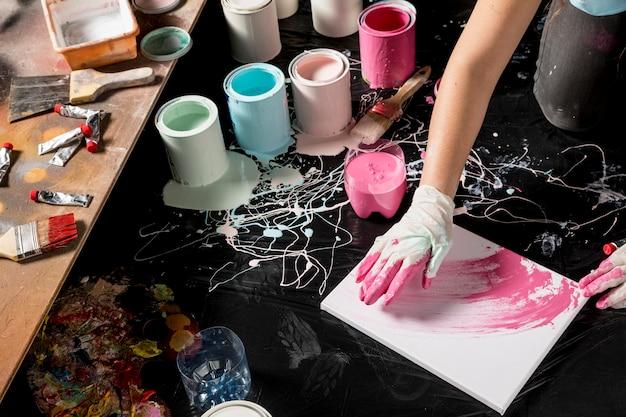 Hoher malerwinkel mit leinwand und farbdosen Kostenlose Fotos