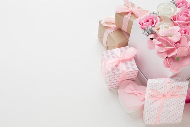 Hoher rosenwinkel im karton mit geschenken Kostenlose Fotos