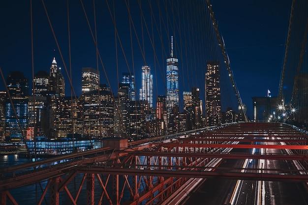 Hoher schuss von der brooklyn bridge des new yorker stadtbildes während der nacht Kostenlose Fotos
