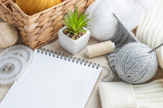 Hoher strickwinkel mit garn und notebook Premium Fotos