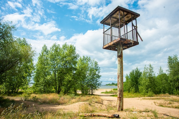 Hoher wachturm in einer wunderschönen landschaft mit meerblick Premium Fotos