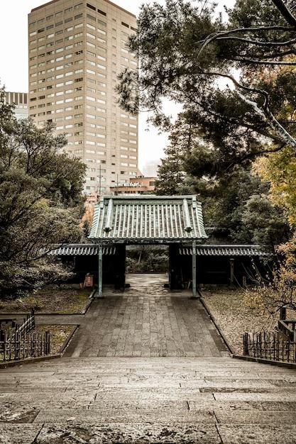 Hoher winkel der absteigenden treppe am japanischen tempelkomplex Kostenlose Fotos