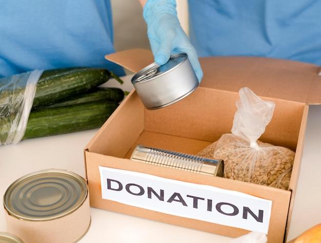 Hoher winkel der box mit lebensmittelspende wird vorbereitet Kostenlose Fotos