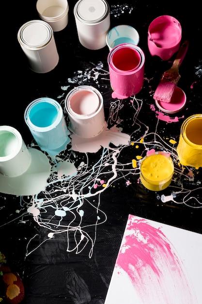 Hoher winkel der farbigen farbdosen Kostenlose Fotos