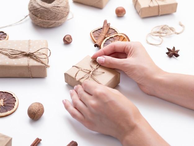 Hoher winkel der frau dekorationen machend Kostenlose Fotos