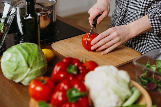 Hoher winkel der frau, die essen in der küche zubereitet Kostenlose Fotos