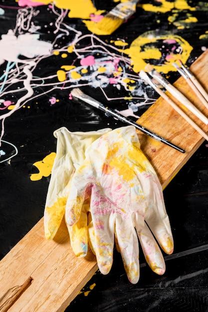 Hoher winkel der handschuhe mit pinseln Kostenlose Fotos