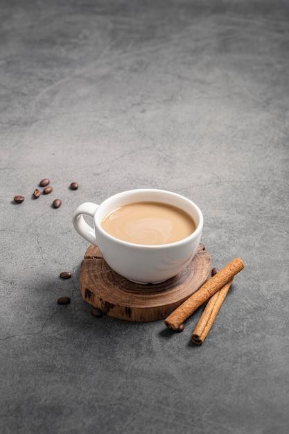 Hoher winkel der kaffeetasse mit zimtstangen und kopierraum Kostenlose Fotos