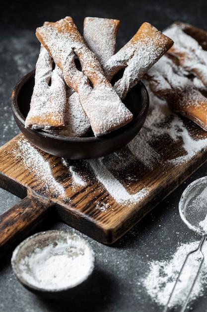 Hoher winkel der mit puderzucker überzogenen desserts Kostenlose Fotos