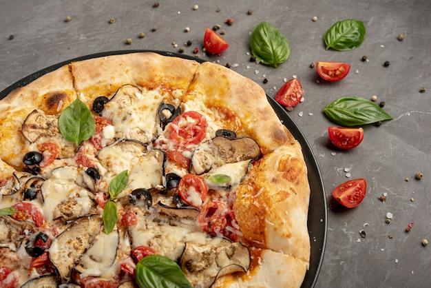 Hoher winkel der pizza auf normalem hintergrund Kostenlose Fotos
