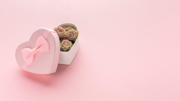 Hoher winkel der rosa geschenkbox mit rosen Kostenlose Fotos