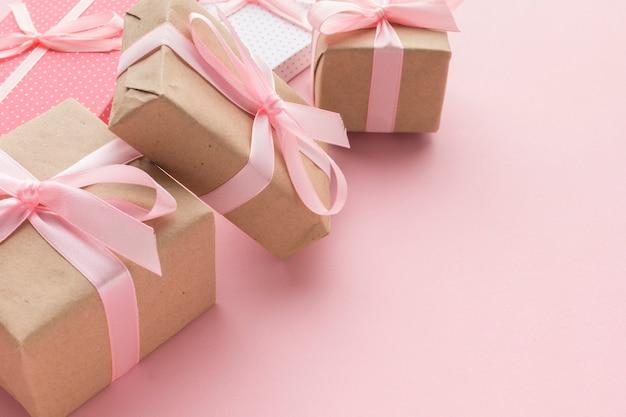 Hoher winkel der rosa geschenke mit kopienraum Kostenlose Fotos