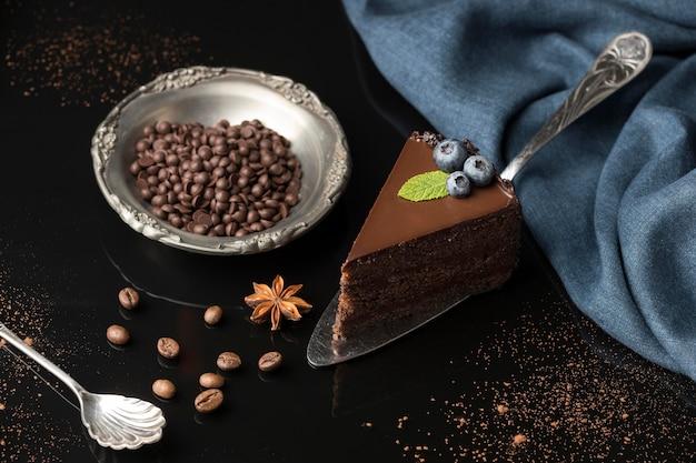 Hoher winkel der schokoladenkuchenscheibe mit schokoladenstückchen Kostenlose Fotos