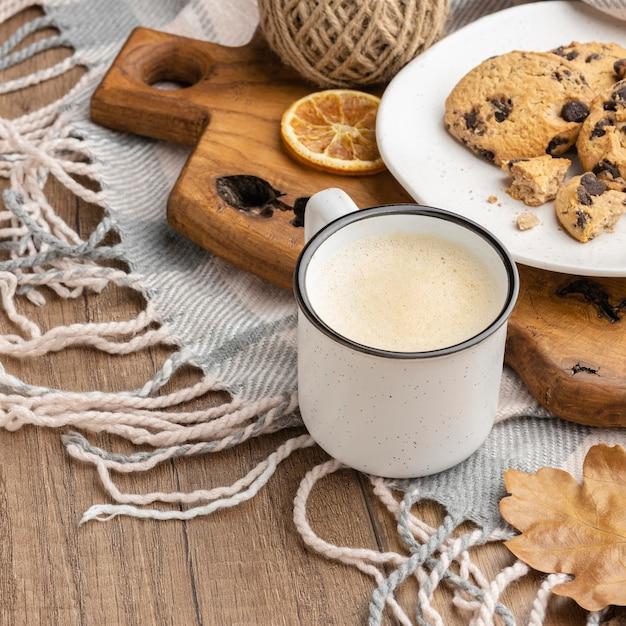 Hoher winkel der tasse kaffee mit keksen und decke Kostenlose Fotos