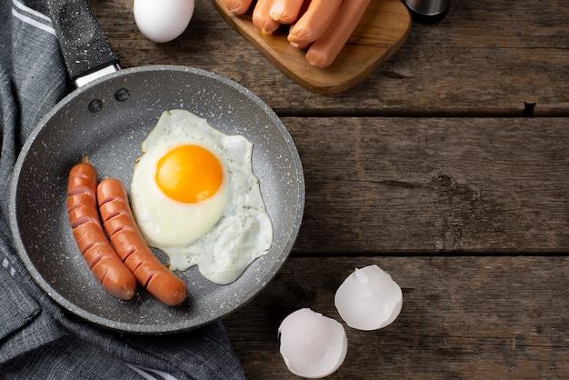 Hoher winkel der wanne mit ei und würsten zum frühstück Kostenlose Fotos