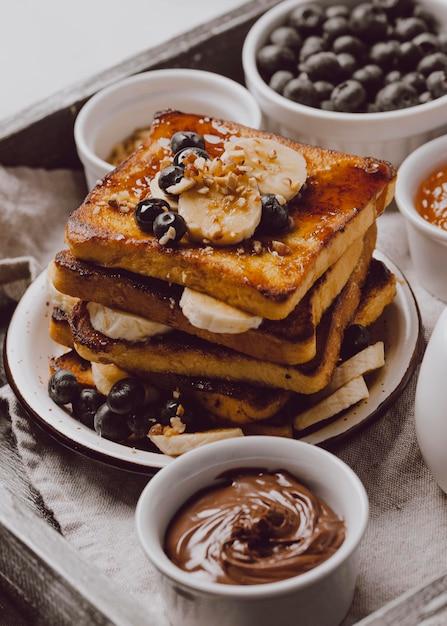 Hoher winkel des frühstückstoasts mit banane und blaubeeren Kostenlose Fotos