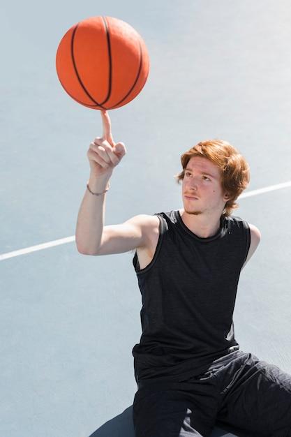 Hoher winkel des jungen mit basketballball Kostenlose Fotos