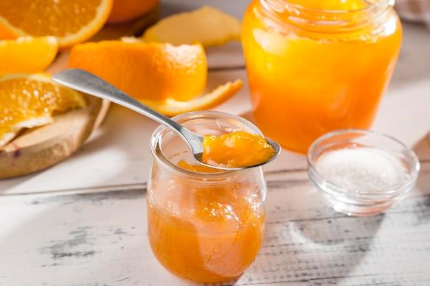 Hoher winkel des klaren glases mit orangenmarmelade Kostenlose Fotos