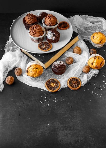 Hoher winkel des köstlichen cupcake-konzepts Kostenlose Fotos