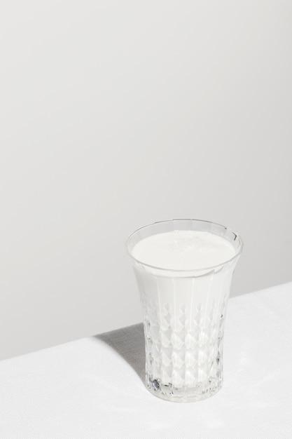 Hoher winkel des milchglases mit kopierraum Kostenlose Fotos