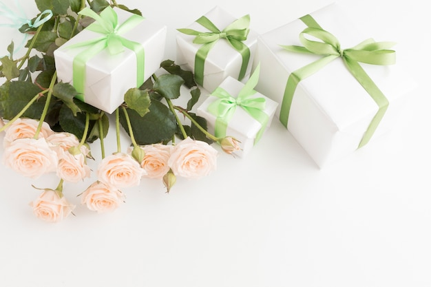 Hoher winkel des rosenstraußes mit geschenken Kostenlose Fotos