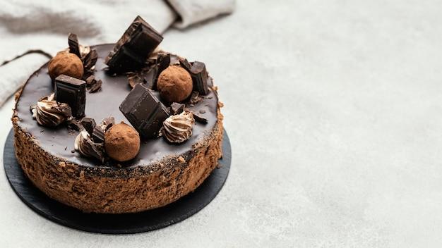 Hoher winkel des süßen schokoladenkuchens mit kopienraum Kostenlose Fotos
