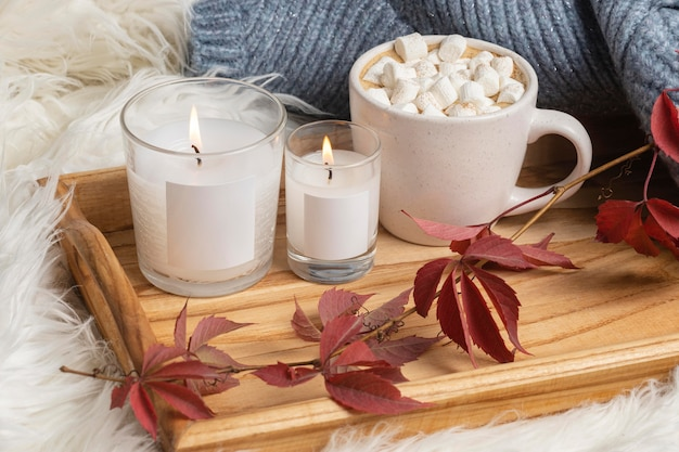 Hoher winkel des tabletts mit kerzen und tasse heißem kakao mit marshmallows Kostenlose Fotos