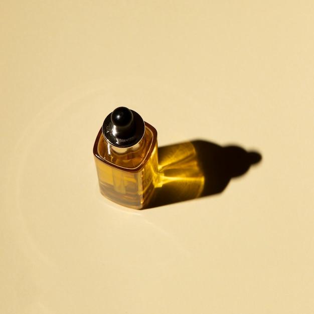 Hoher winkel einer flasche des ätherischen öls Kostenlose Fotos