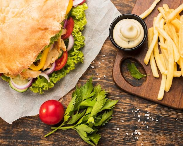 Hoher winkel von leckerem kebab mit mayo und pommes Premium Fotos