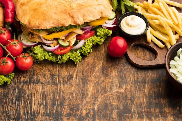 Hoher winkel von leckerem kebab mit pommes frites und kopierraum Premium Fotos