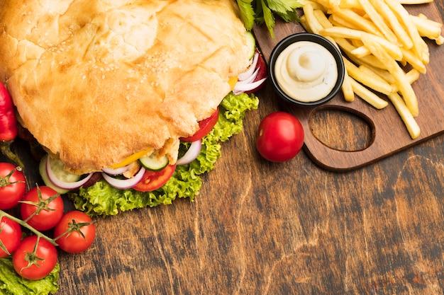 Hoher winkel von leckerem kebab mit pommes frites Premium Fotos