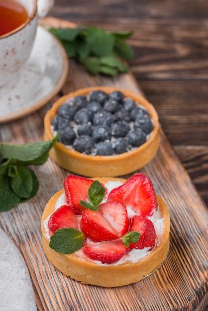 Hoher winkel von obstkuchen mit erdbeeren und blaubeeren Kostenlose Fotos