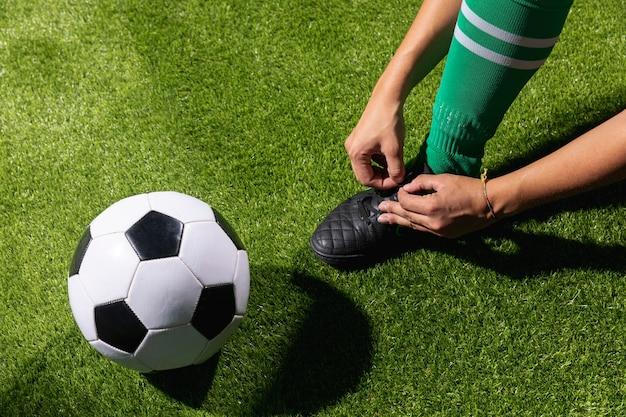Hoher winkelfußball bereit, mit ball zu spielen Kostenlose Fotos