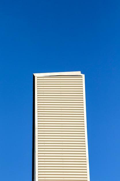 Hohes gebäude mit blauem himmel Kostenlose Fotos