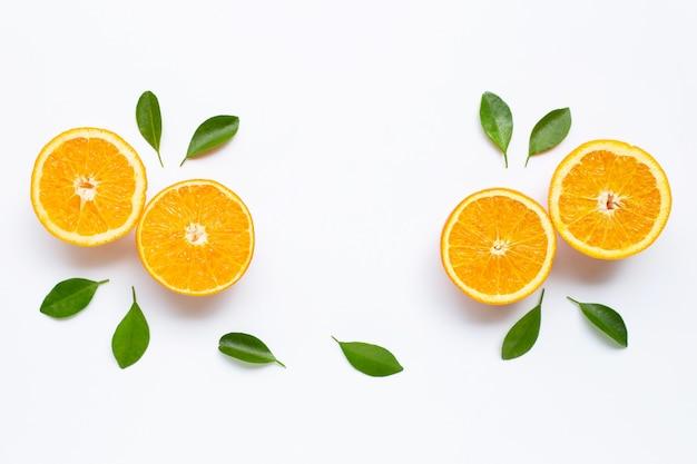 Hohes vitamin c. frische orange zitrusfrucht mit den blättern getrennt auf weiß. Premium Fotos