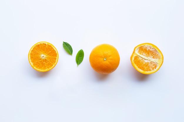 Hohes vitamin c. frische orange zitrusfrucht mit den blättern lokalisiert auf weiß. Premium Fotos