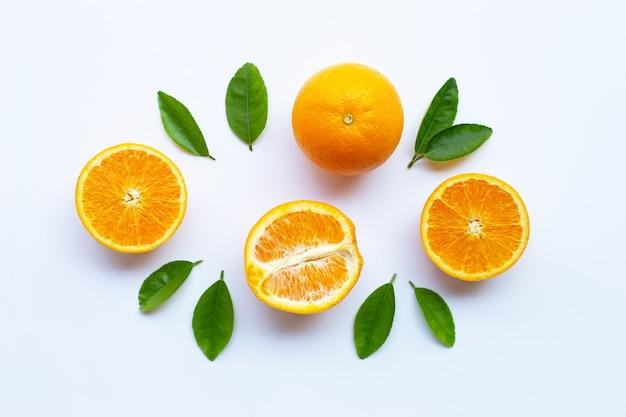 Hohes vitamin c. frische orange zitrusfrucht mit den blättern lokalisiert auf weiß Premium Fotos