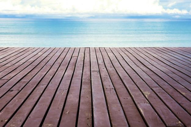 Holz am strand mit himmel. Premium Fotos