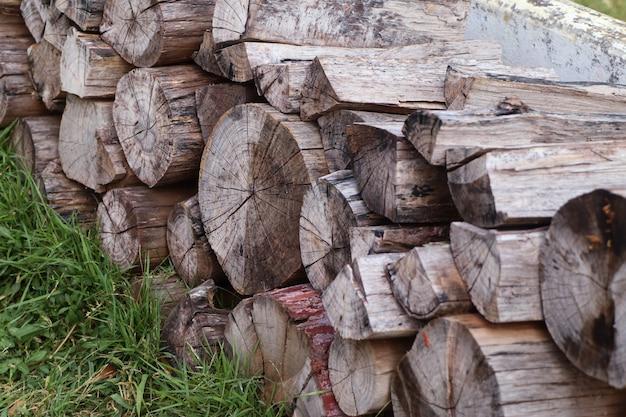 Holz auf gras stapeln Premium Fotos