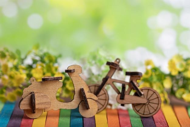 Holz motorrad- und fahrradmodellplatz auf buntem hölzernem Premium Fotos