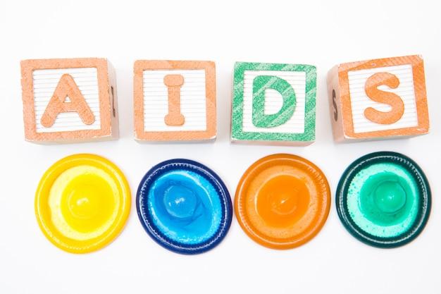 Holzblöcke, die hilfsmittel mit vier kondomen formulieren Premium Fotos