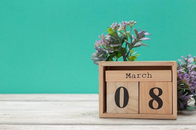Holzblöcke in box mit datum, tag und monat 8. märz. holzklötze kalender Premium Fotos