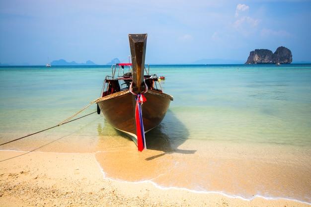 Holzboot am strand Premium Fotos