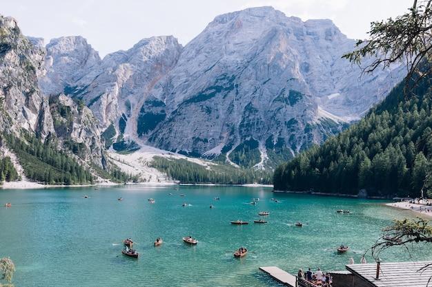 Holzboot mit touristen am lago di braies Premium Fotos
