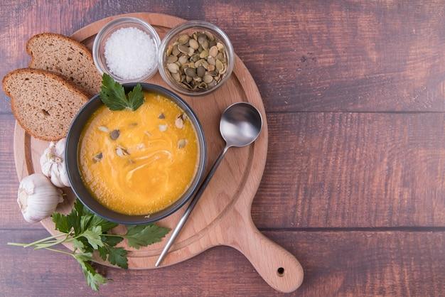 Holzbrett gefüllt mit schüssel suppe und zutaten Kostenlose Fotos