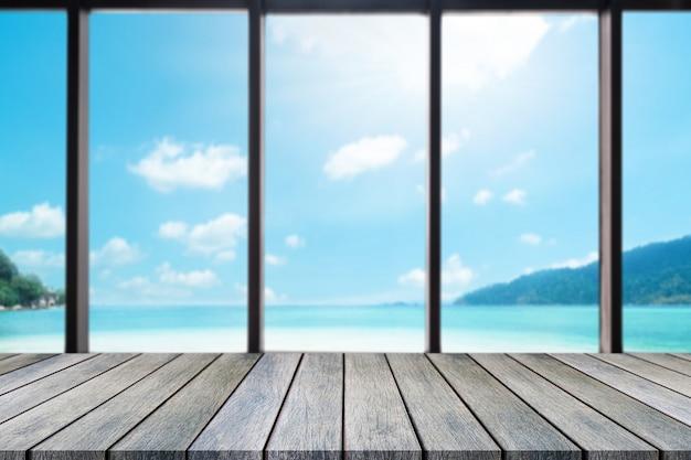 Holzbrett tisch oben über verschwommenem meerblick Premium Fotos