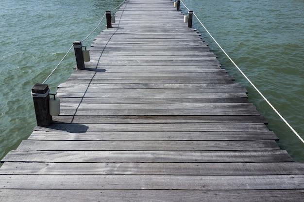 Holzbrücke auf dem tropischen strandsommerhintergrund Premium Fotos