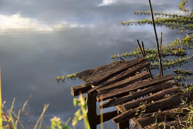 Holzbrücke im fluss Premium Fotos