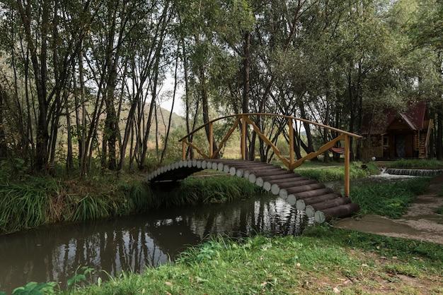 Holzbrücke in einem garten Premium Fotos